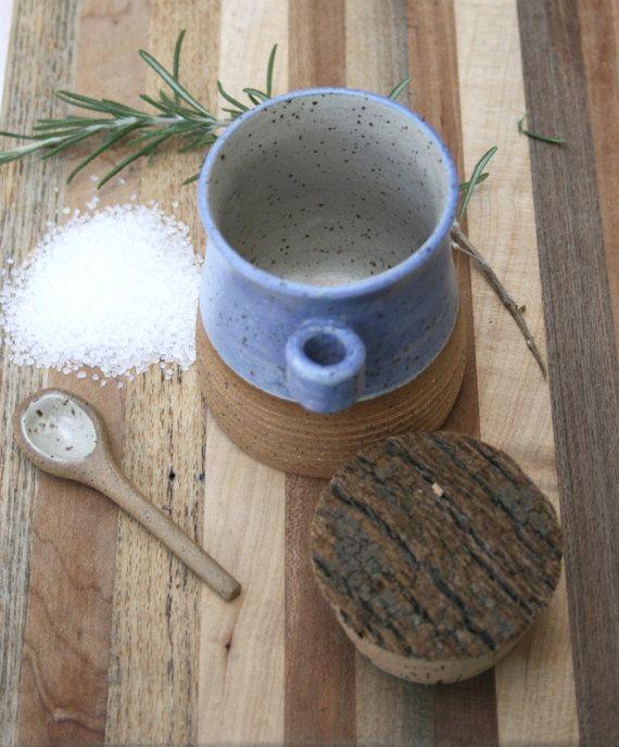 pot de sel avec cuillère, pot à épices, bac cuisine, pot de sel en grès, rustique blanc bleu, mat, moucheté, un minimum de poterie, cuisine rustique, grès. Roue levée pot de sel, en magnifique argile rustique moucheté avec fortes lignes horizontales texturées sur la partie inférieure garnie écru & finition émail bleu. La véritable beauté de largile de grès brut est mis en valeur contre la matte glaçure mouchetée bleue & blanc cassée qui a un regard de coquille oeuf & feel. Cette p...