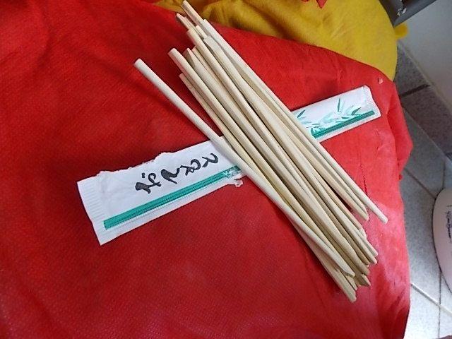 Hashis guardado ao longo de vários compras de sushi para fazermos o pega-varetas