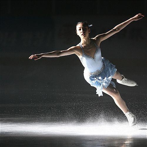 Yuna Kim lands one beautiful jump!