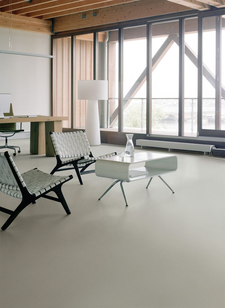 Multi plank parket vloer. Het parket is van eiken rustic, gerookt en geolied. Forbo Marmoleum Walton Uni - cement