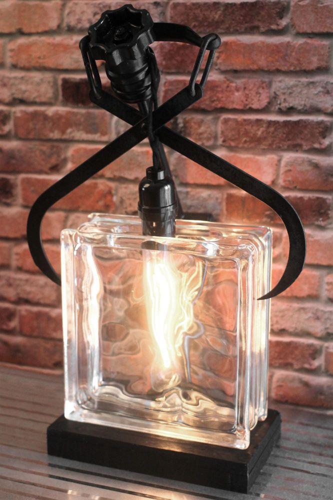 Deux pavés de verre et un support en bois pour cette lampe