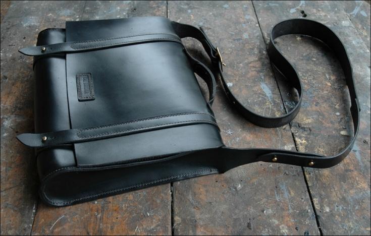 DE BRUIR Black Messenger Bag