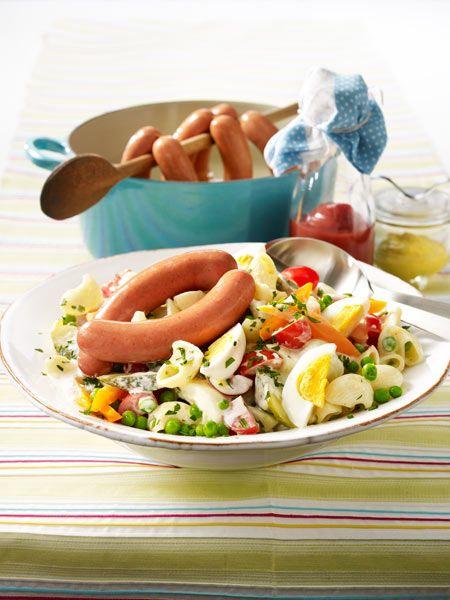 Hörnchen-Nudel-Salat mit kleinen Würstchen