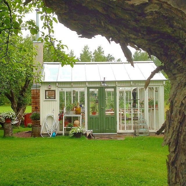 Ett växthus med öppen spis vore något för dessa regniga dagar... Det här finns att beundra på håll om man tar sig till Barrolin Byggnadsvård i södra Gästrikland. Smakfullt hemmabygge mitt bland äppleträden! #växthus #återbruk #byggnadsvård