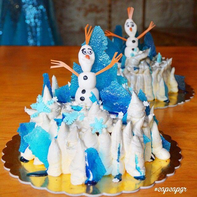 "Frozen cake! Αφράτο κέικ σοκολάτας με κρέμα βανίλια. Το αγαπημένο γλυκό της βασίλισσας Ελσα τωρα ετοιμοπαράδοτο από το κατάστημα μας με ή χωρις τον ""Olaf"""