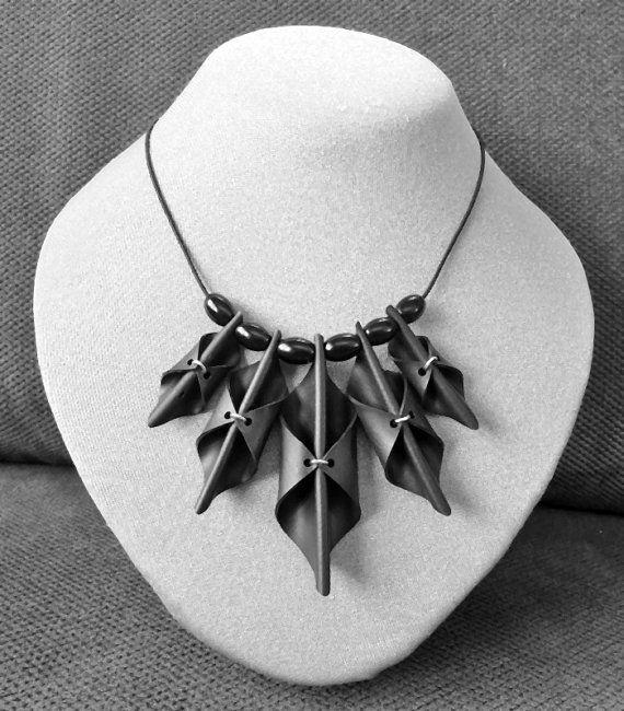Zwarte halsketting. AnnesSierraad