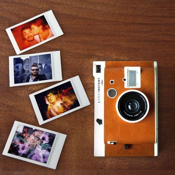 Le Lomo'Instant est l'appareil nomade idéal, pour exprimer partout sa créativité. Deux pack disponibles : - Appareil photo Lomo San Remo et ses trois objectifs : Fisheye, Portrait & Gros Plan. Façon Polaroïd - Appareil photo Lomo San Remo et ses trois objectifs : Fisheye, Portrait & Gros Plan. Façon Polaroïd aven un pack de pelliculesVos photos sont immédiatement imprimées.