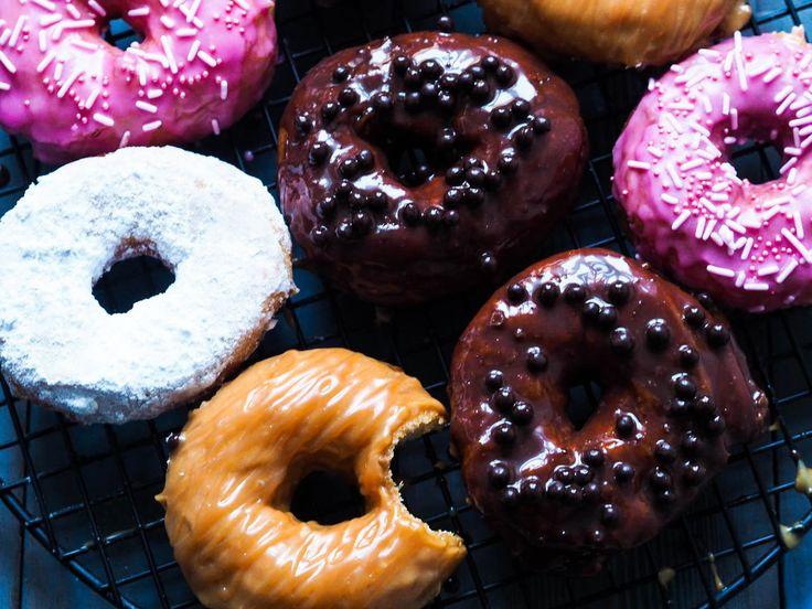 I kveldens episode av Idas Fristelser på TV6 så lager jeg Donuts. Skikkelig store, gode, luftige donuts. Nei, dette er ikke noe slankekost, men fy søren så godt det er. Jeg har laget en del forskjellige toppinger, så du kan enten lage alle, eller holde deg til en eller to. Inviter venner på besøk og …