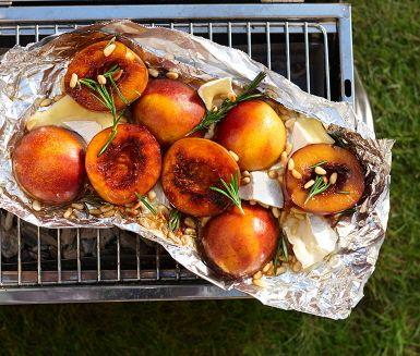 En fantastisk somrig dessert som dessutom tillagas på grillen! Sötman i persikorna och honungen möter syran i balsamvinägern och toppas med pinjenötter och kvistar av rosmarin. Servera denna ljuvliga dessert med riktigt goda dessertostar.