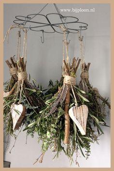 Kleine Sträußchen von Gewürzen oder Wildblumen einfach als Dekoration an einen Türgriff oder an ein Regal binden.