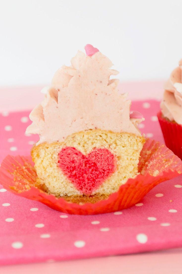 Cupcakes de San Valentín con sorpresa http://sucredemaduixa.blogspot.com.es/2015/02/cupcakes-para-san-valentin-con-sorpresa.html