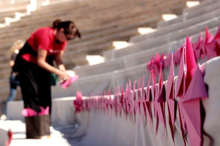 Το εφήμερο αυτό έργο τέχνης φωτογραφήθηκε και στη συνέχεια τα διπλωμένα χαρτάκια αφαιρέθηκαν για να μείνει το μνημείο ανέπαφο.   (c) Vicky Markolefa / ActionAid
