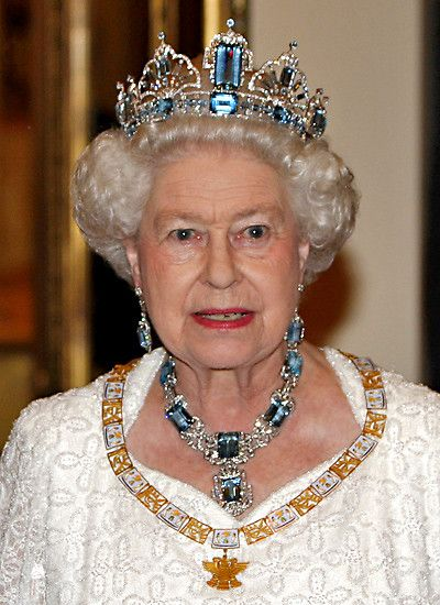 """Brazilian gems for a state visit from Mexico. The H.M. Queen Elizabeth II of Great Britain in 2009 with the """"Brazilian Aquamarine"""" tiara to her coronation in 1953 that Queen Elizabeth II by the Brazilian people a diamond necklace with to extra-large, drop-shaped aquamarine in the center and right. earrings. When she left the court jeweler, 1957, the matching tiara finished, expanding its more than 100 parts large, private jewelry collection."""