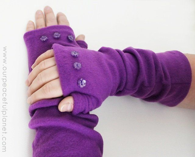 Fingerless gloves/arm.warmers http://ourpeacefulplanet.com/2014/11/10/quick-fleece-arm-warmers-tutorial-pattern/