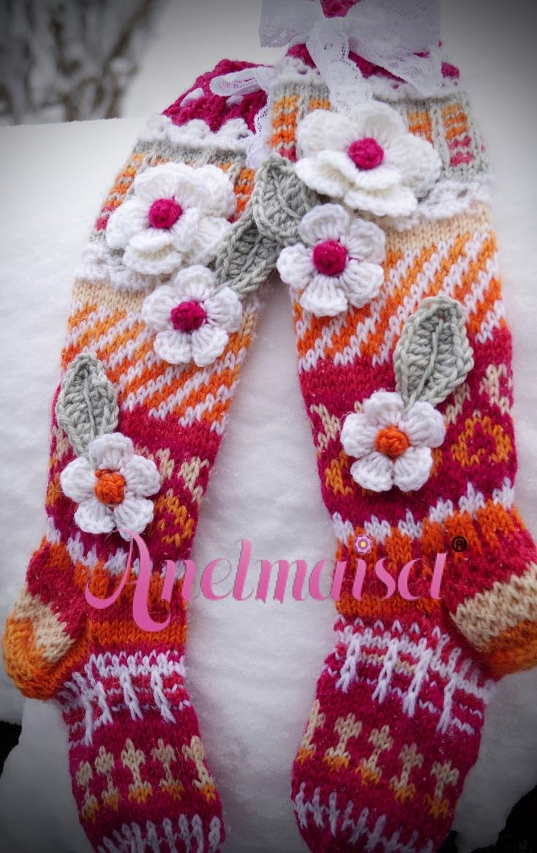 Aurinkoista maanantaita ystävät!   Nyt tulee paljon kuvia -sukkia tietenkin vieläkin valmistu...