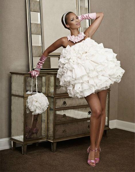 Blanc Cashmere & ses robes en papier toilette !  Twitter / @Pissounours