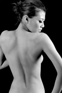 バストアップに必要な筋トレは 背中側の筋肉! ○背中の下部のエクササイズ →バスト位置が最大に引き上げられます。 ○背中の姿勢筋のエクササイズ →土台となる背骨を強力に固定します。