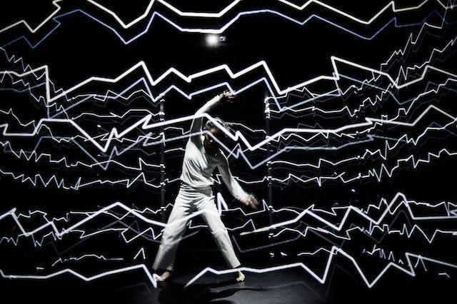 Un imponente performance que pone a un bailarín a alterar un cubo de luz | The Creators Project