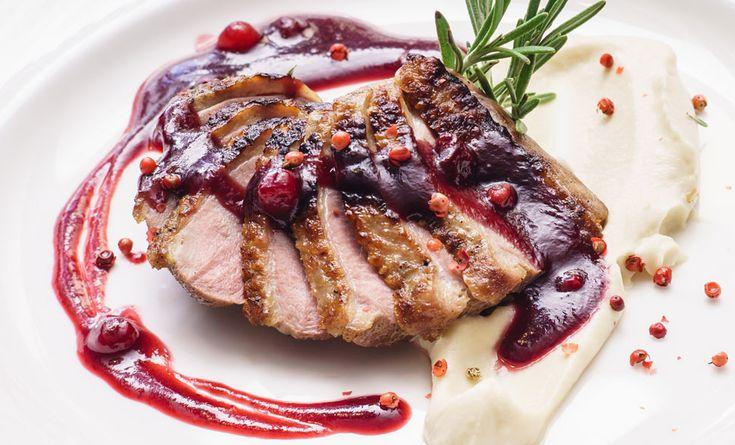 Tra le ricette di Natale, ill petto d'anatra con purea delicata di topinambur e salsa ai mirtilli rossi è un perfetto secondo piatto!