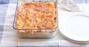 350 g de macarrones 200 g de queso emmental 75 g de queso parmesano 750 ml de leche 50 g de mantequilla 50 g de harina Sal y pimienta