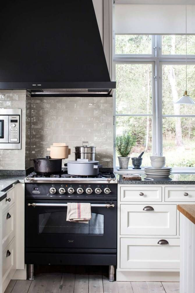 Platsbyggt kök från sekelskiftet. Styling Pamela Pomplitz Foto Tove Falk-Olsson