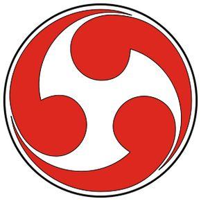 """El Tomoe, a menudo referido como Mistu-Tomoe, es uno de los símbolos más visibles de Shinto hoy. Tomoe (pronunciado 'Toh-moay') se puede traducir como 'coma', con Mitsu Tomoe-como """"tres comas"""" o """"coma triple"""". La palabra también tiene la connotación de """"remolino"""" o movimiento circular, debido a su significado."""