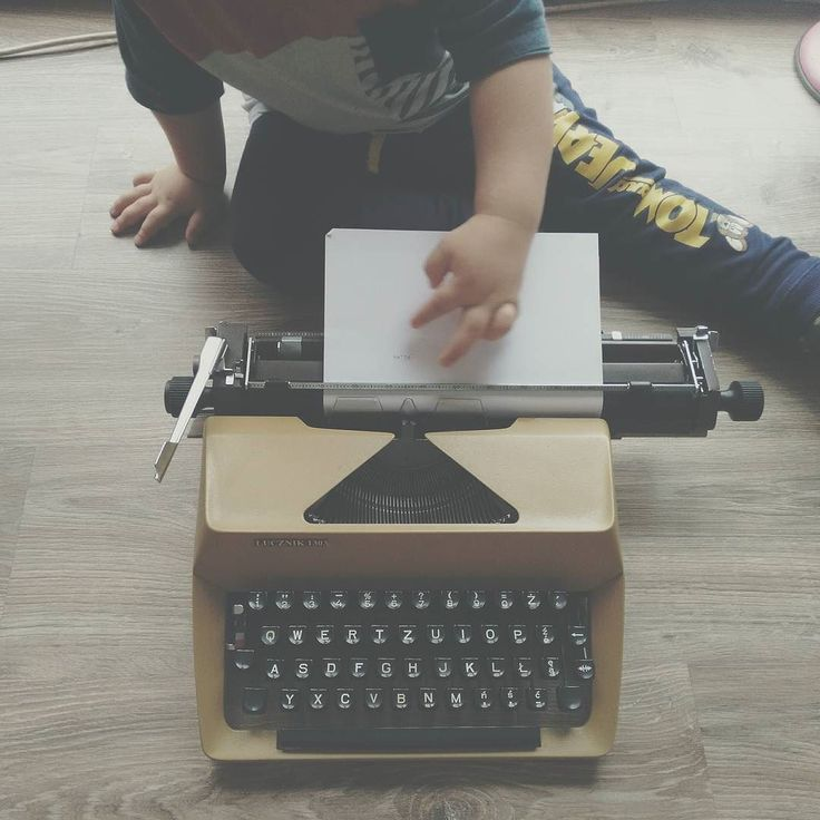 """Wybierz sobie w życiu rzeczy których chcesz. Rzeczy które są najważniejsze i za nie w ogień. Rzeczy które są dla Ciebie dobre i które pozwolą Ci być lepszym człowiekiem.  Pamiętaj że te """"rzeczy"""" to ludzie miejsca marzenia przeżycia.  I już dziś zrób coś dla swojego cieplejszego życia.   #typewriterka #typewriterpoetry #typewriter #webwriting #old #girls #bloger #writing #writer #baby #son #flowtime #girlwithpassion #happygirl"""