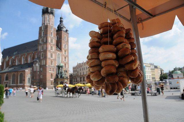 Doordat veel Poolse arbeiders de afgelopen jaren hun heil in Nederland zoeken, heeft de bevolking niet altijd een even goed imago gekregen. Maar dat is niet terecht. De Poolse bevolking is juist zeer vriendelijk en dat maakt het aangenaam om in het land te zijn. Polen ademt een en al historie. Vooral de steden Krakow, Warschau en Gdansk zijn bijzonder om te bezoeken.