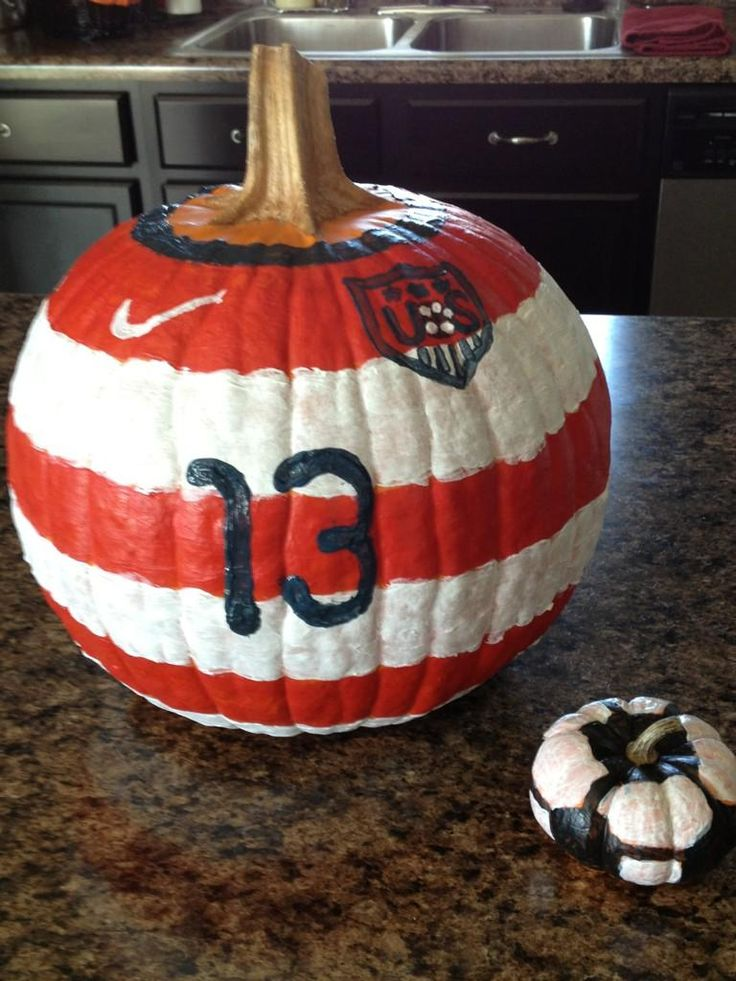 Alex Morgan pumpkin, with soccer ball pumpkin. (@ussoccer_wnt/Twitter)