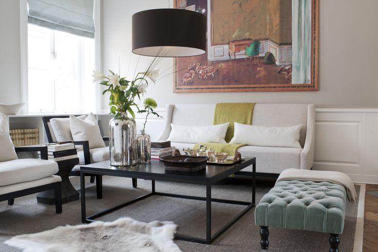 I vardagsrummet sittgrupp från Slettvoll. Soffbord och sisalmatta, Slettvoll. På soffbordet silvervaser från Slettvoll. Tavla av Ernst Billgren från Ikea art event 2006. Djuphäftad bänk i blågrå sammet från Designers guild/K.