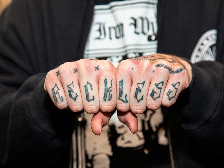 Avec son projetKnuckles Tattoos, le photographe anglais Edward Bishop a décidé de documenter le célèbre phénomène des tatouages sur les phalanges, qui
