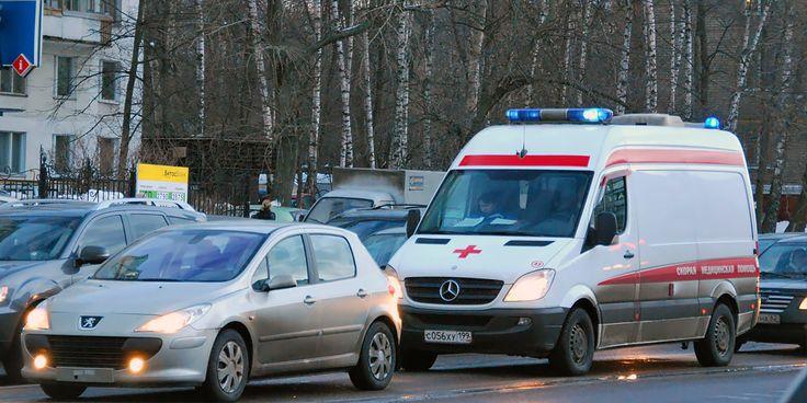 Помедли, скорая бригада, мне в магазин за хлебом надо!  За «наезды» на «скорую помощь» предлагают штрафовать, лишать водительских прав и сажать в тюрьму.  Инциденты с машинами «скорой помощи» в России стали очень уж частыми в последнее время. Автомобилисты игнорируют звук сирены, отказываясь уступать дорогу, преграждают путь и даже дерутся с врачами и водителями машин с красным крестом. Так, в середине января в Москве владелец иномарки напал на водителя «скорой помощи» за то, что спецмашина…