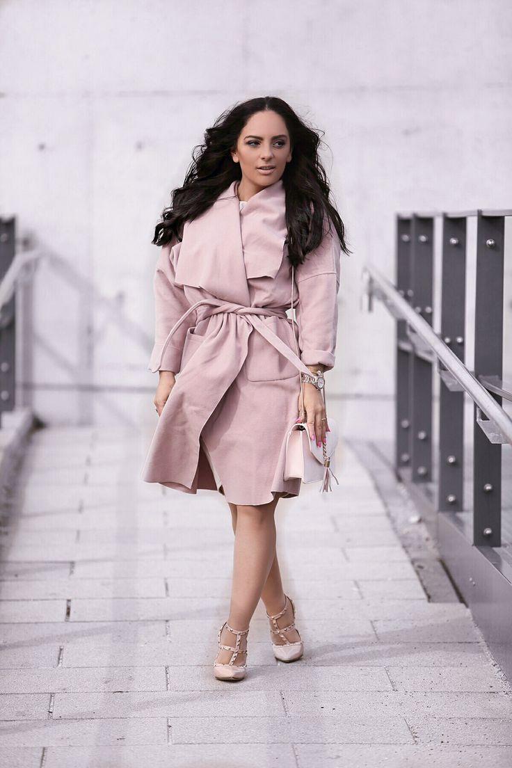 Frühlingsoutfit: Kleid mit Schleife und Rosa Mantel