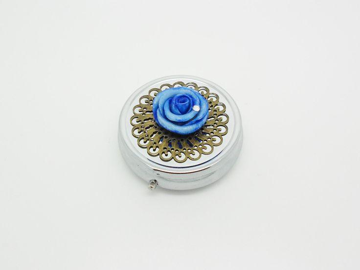 pilulier trois compartiments avec une rose bleue et estampe bronze de la boutique bout2bijoux sur Etsy