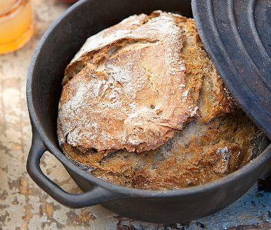 Det här gjutjärnsbrödet är ett riktigt proffsbröd! Enda kruxet är att du behöver en gjutjärnspanna. Färsk rågsurdeg finns att köpa på burk i butik. Spana i kyldisken. Valnötterna ger brödet extra god smak och skönt tugg.