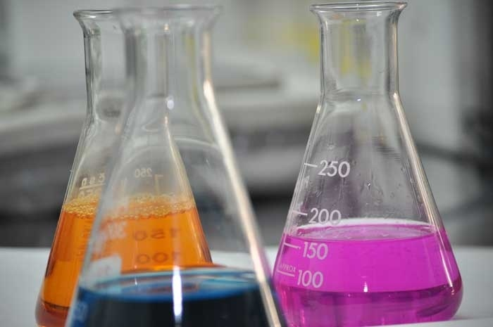 El Departamento de Química de Productos Naturales de DMC Research Center centra su actividad principal en el desarrollo de productos para la conservación de alimentos (tanto antimicrobianos como antioxidantes), obtenidos a partir de fuentes vegetales mediante extracción o procesos de semisíntesis.: De Producto, De Alimento
