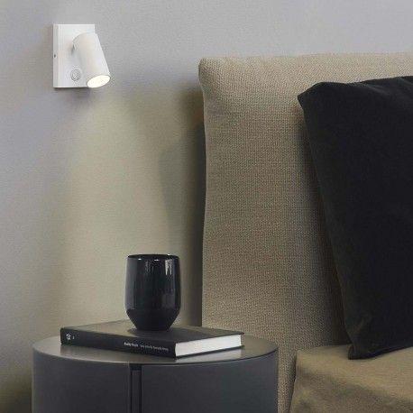 Aplique de pared LED regulable en intensidad y diseñado por Stefan Kärss. Interruptor incluido en el soporte. Cuenta con acabado en blanco y posibilidad de configurar el punto de iluminación en un ángulo de 90 grados. Ángulo de giro de 300. Ideal para colocar al lado de la mesilla del dormitorio.