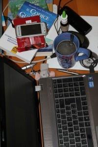 PAUSA CAFFE'. Indispensabile il pc per scrivere sul blog, il gruppo di fb e altro, libri, telefoni, cataloghi per le nozze in preparazione e qualche gioco per distrarre il pupetto tra un'incursione e l'altra. Caffè e cioccolata fondente non possono mancare.  (Silvia Ancordi)