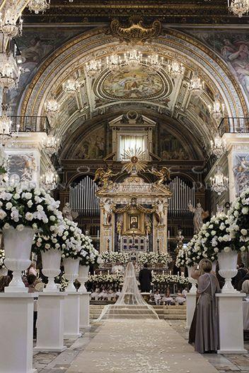 Spring Wedding in Rome #wedding #rome #weddingplanner #enzomiccio #bride #groom #flowers #flowerdesign #roses #weddingdress #weddingveil