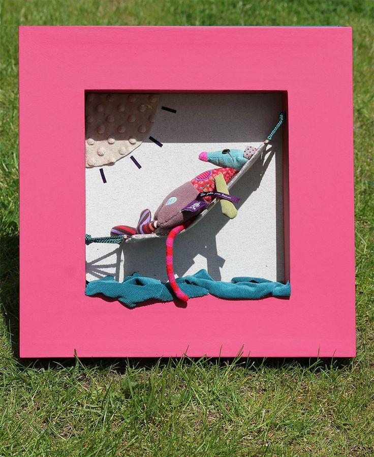 DIY cadre et scénographie d'un doudou. le tout en carton et tissu.