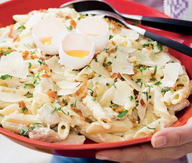 Snabblagad och god variant på den klassiska rätten Carbonara. När du blandar parmesanost och crème fraiche får pastan en krämig konsistens. Kyckling som stekts med lök blandas i och ger mer smak innan du toppar med bacon, parmesan och svartpeppar.