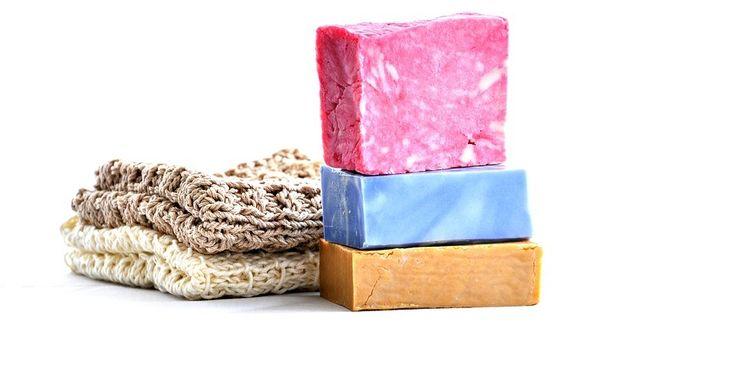 Sapone fai da te facile senza soda. Come fare saponi colorati e profumati a piacere, una bella idea regalo fai da te originale ed economica da fare utilizzando solo saponi di Marsiglia, acqua e oli essenziali...