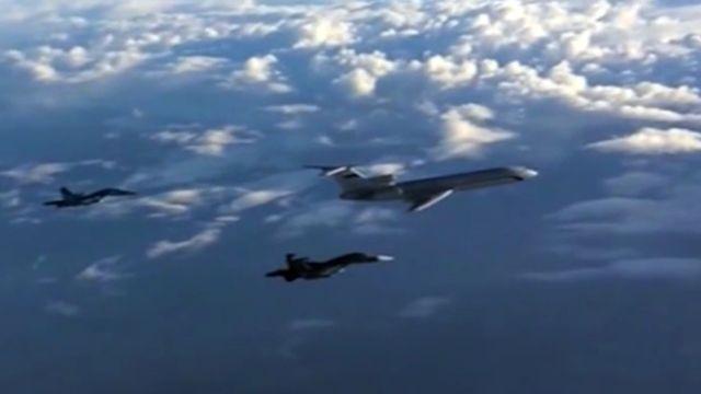 Pesawat militer Rusia jatuh di laut Hitam  Ilustrasi pesawat angkut militer Tu-154 didampingi jet tempur  Pesawat militer Rusia dilaporkan hilang dari radar secara tiba-tiba diatas wikayah perairan Rusia. Insiden terjadi beberapa menit setelah pesawat lepas landas dari Bandara Adler Sochi pukul 05:20 waktu setempat. Menurut juru bicara Kementrian Pertahanan Igor Konashenhov pesawat Tu-154 mengangkut 92 personel termasuk petugas servis 9 reporter dan 64 tim band militer Alexandrov ansambel…