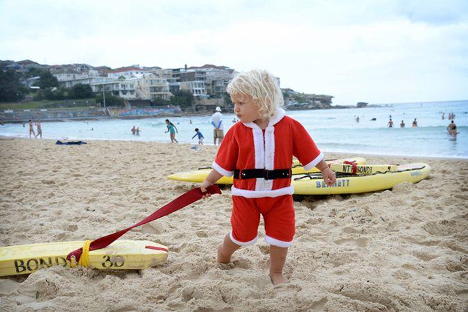 Ο μόλις δύο ετών Τζέιμς Μόργκαν παίζει με τη σανίδα του σερφ στην παραλία Μπόντι, στην Αυστραλία