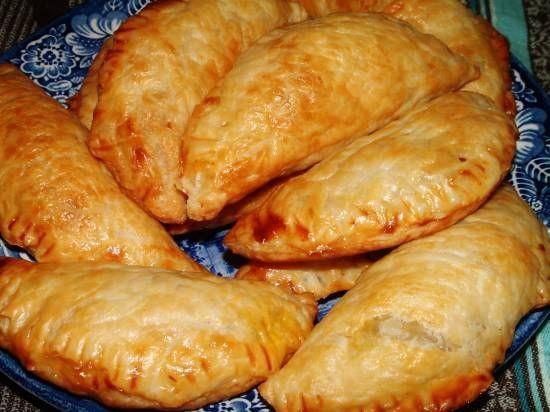 Bladerdeeg kerriegehakt pasteitjes / - 500 g rundergehakt - 30 ml olie - 1 ui, geraspt - 2 teentjes knoflook, fijn  - 1 kleine wortel (peen), in zeer kleine blokjes gesneden of geraspt - 15 ml kerriepoeder - 5 ml kurkuma - 2 cm verse gember, geschild en geraspt - 3 ml komijn - 3 ml koriander - 1 t zout - 1/4 t zwarte peper - 1 t suiker - 60 ml tomatenpuree - 60 ml water - doperwten - 1-2 e geraspte droge kokos  - bladerdeeg plakjes 12x12 cm /  Kunnen gebakken of rauw ingevroren worden.