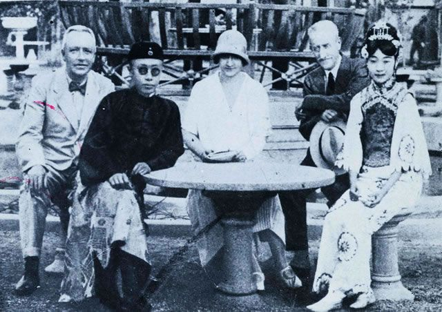 In March 1932, Japan set up the puppet state of Manchukuo and installed dethroned Ching Emperor Puyi as Emperor Kangde in 1934. Shown here is Puyi (front left) receiving foreign visitors.