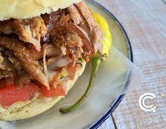 Sandwich chileno de costillar de chancho y pan amasado. Se acompaña con pebre. Sánguche de Costillar de Chancho en Pan Amasado + Pebre