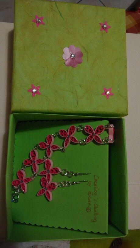 Set, braccialetto e orecchini farfalline con strass.