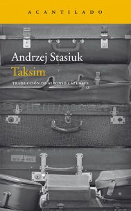 Taksim / Andrzej Stasiuk. Dos amigos recorren el este de Europa con una camioneta desvencijada, siempre a punto de reventar y dejarlos tirados en la cuneta de alguna de las innumerables fronteras que cruzan para vender ropa de segunda mano de los países occidentales. Con una ironía mordaz, Andrzej Stasiuk traza el periplo de ambos personajes por los lugares más pobres y asombrosos, donde colocar sus prendas resulta cada vez más complicado a causa de la competencia de los productos chinos.