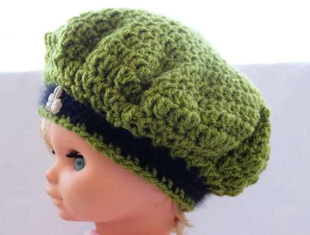 """Die Häkelmütze """"Irisches Barett"""" lässt jedes kleine Mädchen in zauberhaftem Licht erstrahlen. Die Mütze wurde aus wunderbar glänzender, grüner Wolle gefertigt und schließt mit einem Saum aus..."""
